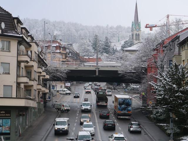 mehrspurige Strasse mit Steigung, Autos und Lastwagen
