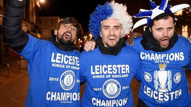 trais fans cun t-shirt blau festiveschan il titel da campiun da Leicester
