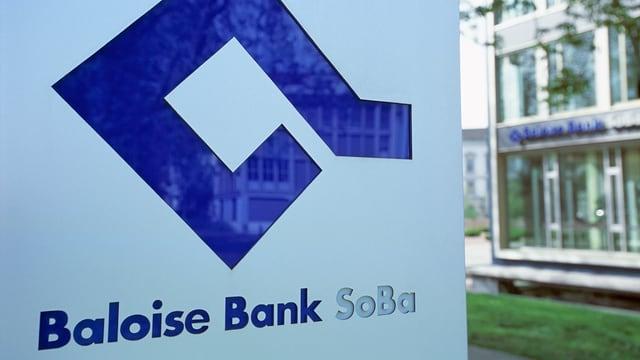 Leuchtreklame der Baloise Bank Soba vor der Filiale in Solothurn.