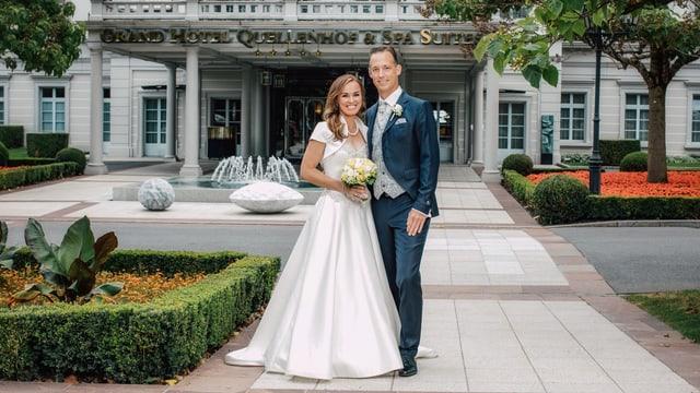 Martina Hingis strahlt im weissen Hochzeitskleid, im dunkelblauen Anzug ihr Gatte Harald Leemann. Das Paar steht vor der Feierlocation.