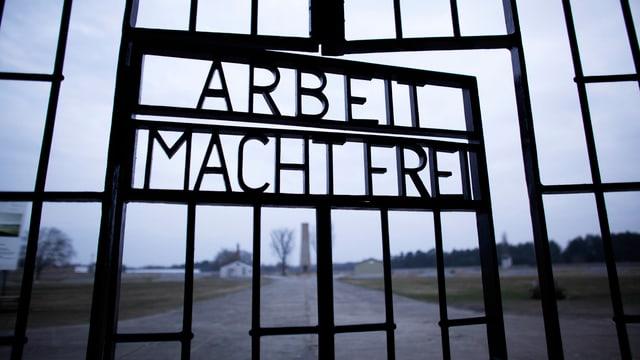 Türe zu Konzentrationslager mit Spruch «Arbeit macht frei».