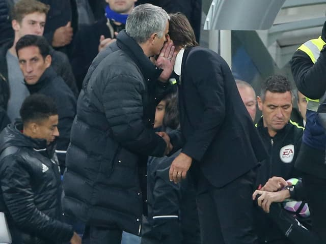 Mourinho flüstert Conte etwas ins Ohr