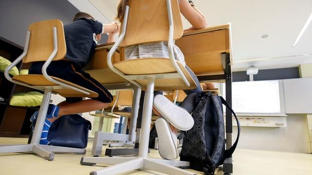 Schüler sitzen am Pult