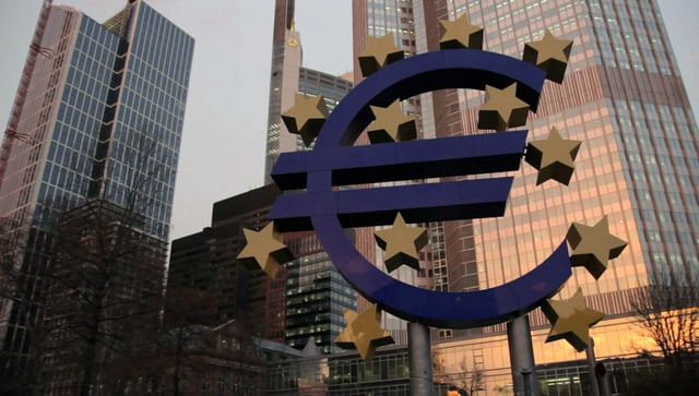 Eine grosse Statur, die das Zeichen der Euro-Währung darstellt.
