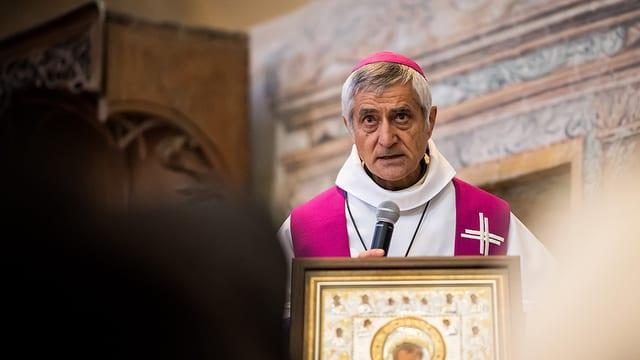 Bichof Jean-Marie Lovey in Kirche.