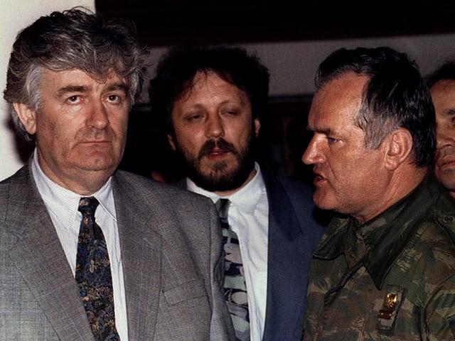 Präsident Karadzic im Gespräch mit Ratko Mladic, dem Oberbefehlshaber der bosnisch-serbischen Armee