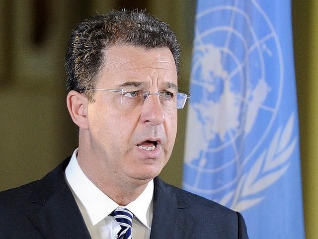 Brammertz spricht vor einer UNO-Fahne.