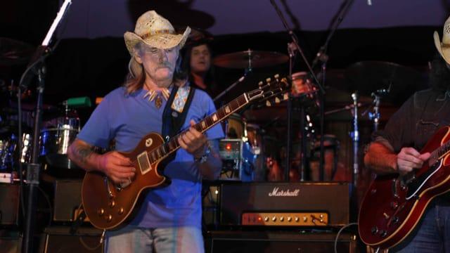 Dickey Betts spielt Gitarre während eines Konzerts.