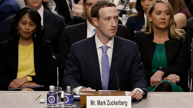 Facebook Konzernchef Mark Zuckerberg sitzt im US-Kongress.