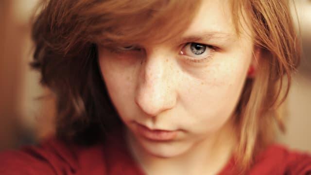 Ein Mädchen blickt kritisch.