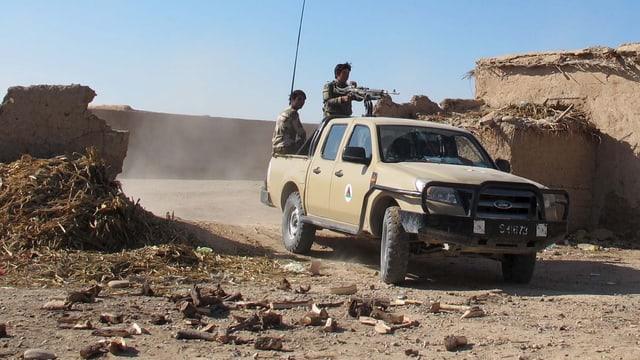 Afghanische Soldaten patrouillieren in einem Pick-up.