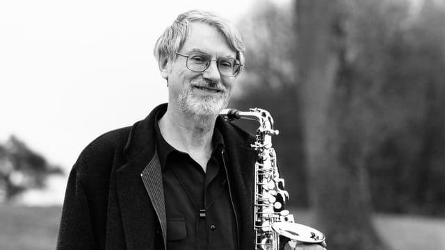 Bruno Spoerri mit dem Saxophon.