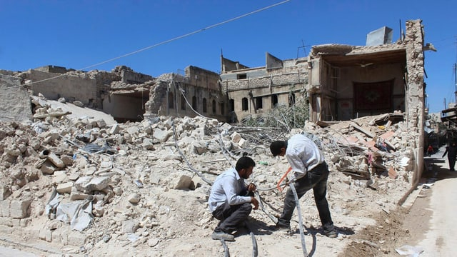In quartier destruì ad Aleppo.