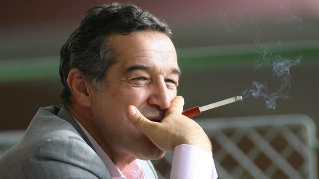 George Becali, rauchend