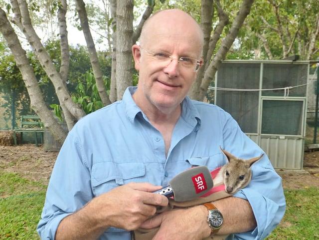 Mann mit Känguru Baby.