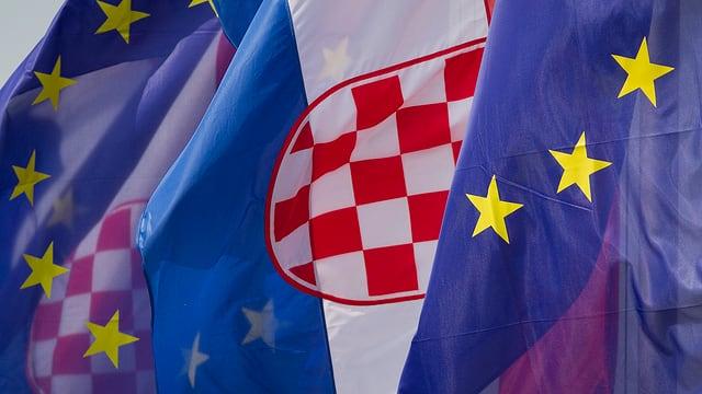 Kroatische und EU-Fahnen