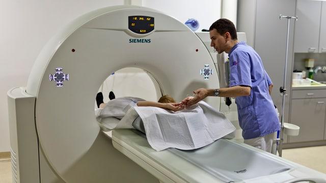 Eine Frau wird in eine MRI-Röhre geschoben.