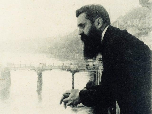 Theodor Herzl auf dem Balkon seines Hotels am Rhein.