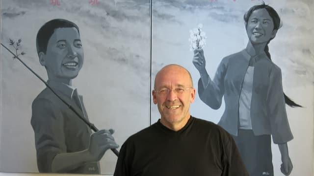 Kari Kobler vor einem Bild aus China in seinem Heim in Zollikofen bei Bern.