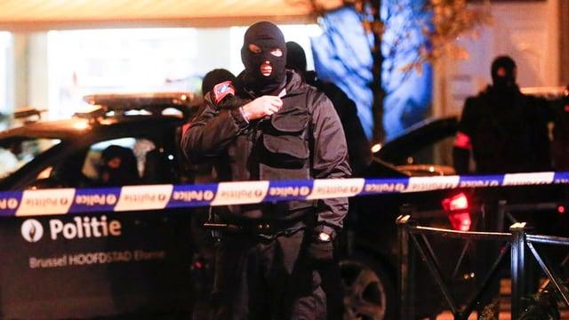 polizia mascrada che blocchescha via