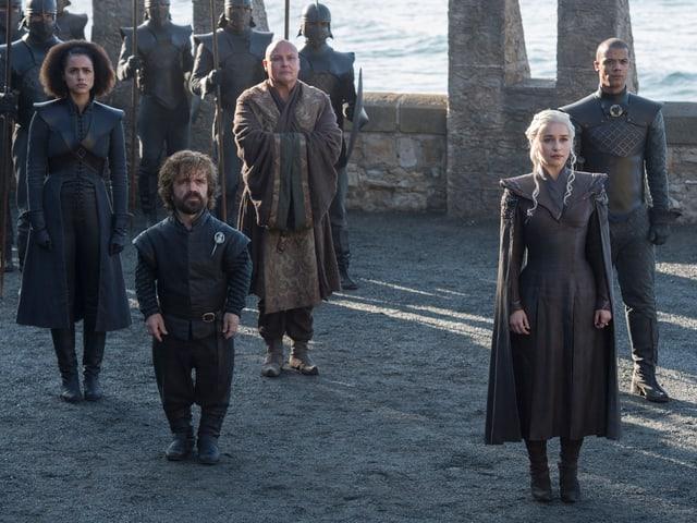 Daenerys und ihre Getreuen stehen da und gucken.
