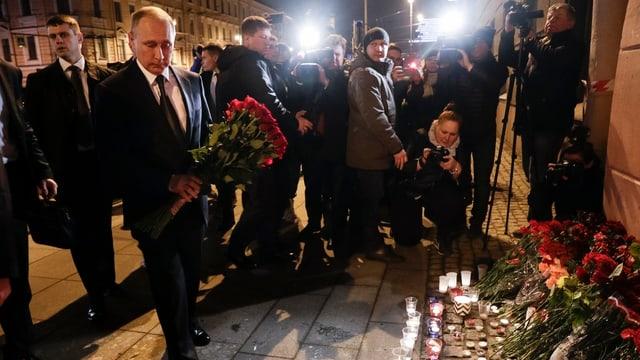 Präsident Putin legt am Anschlagsort Blumen nieder.
