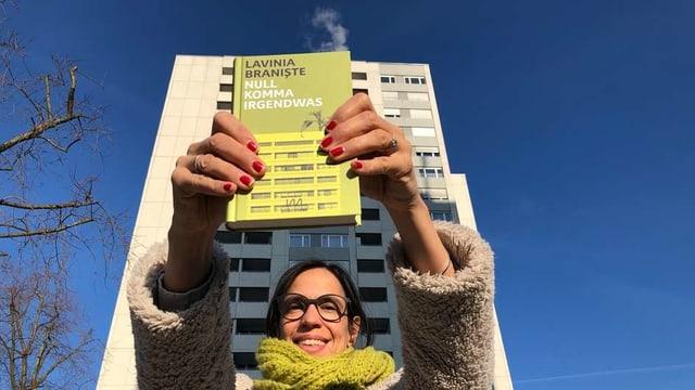 Annette König hält den Roman «Null Komma Irgendwas» von Lavinia Braniștes in der Hand.