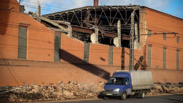 Das Dach dieser Fabrik in Chelyabinsk wurde durch den Meteoriten beschädigt.