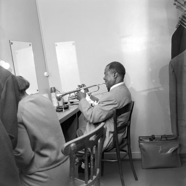Der US-amerikanische Jazztrompeter und Sänger Louis Armstrong vor dem Konzert in der Garderobe, Kongresshaus Zürich, 5. April 1962.