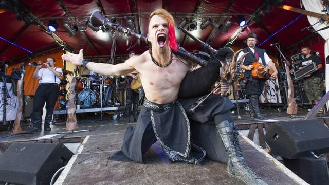 Ein Sänger mit Dudelsack auf der Bühne