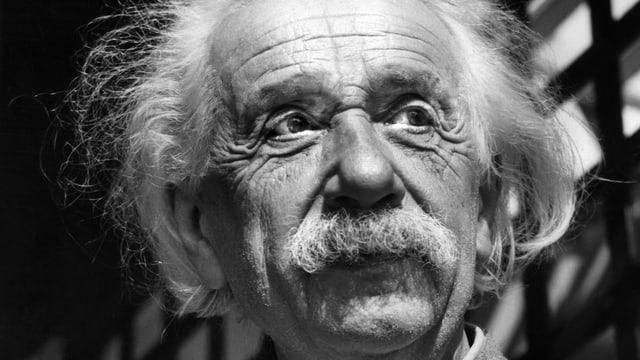 Albert Einstein im Porträt, schwarz/weiss.
