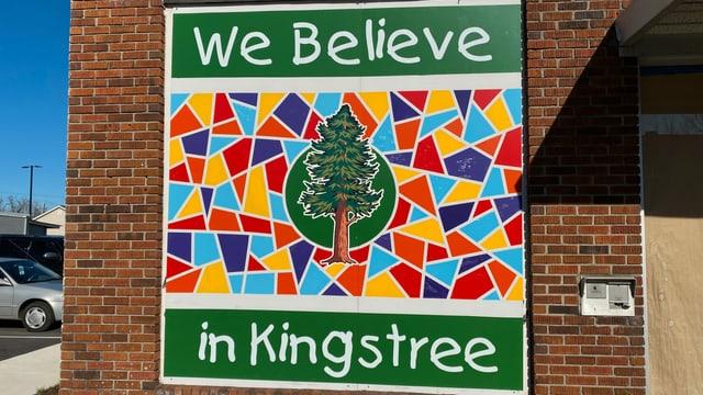 Plakat mit der Aufschrift Wir glauben an Kingstree