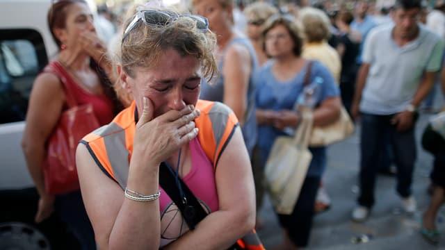 Eine griechische Staatsangestellte weint