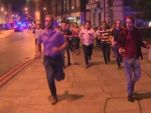 Menschen fliehen durch das Borough-Viertel, als die Attentäter mit Messern um sich stechen.