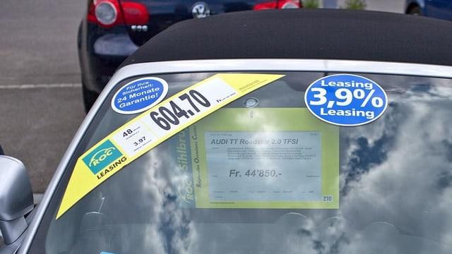 Werbeaufkleber für Leasingangebote auf einem Auto bei einem Händler