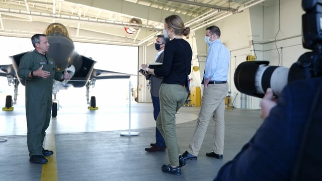 Journalisten hören Piloten zu.