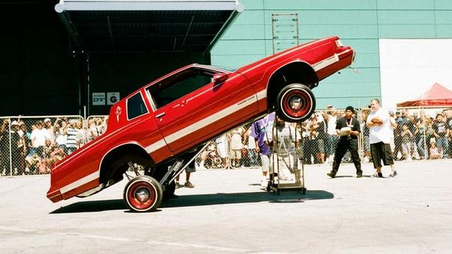 Rotes Auto steht nur auf Hinterrädern