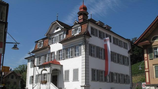Blick auf das Rathaus in Sarnen bei schönem Wetter