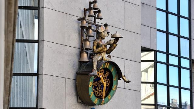 Bild von der Solothurner Uhr, mit einer Figur die darauf sitzt, und mehreren Glocken.
