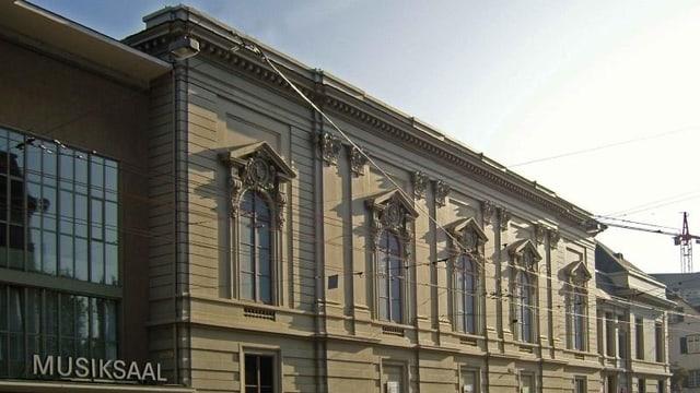 Seitenansicht auf das Gebäude des Basler Stadtcasinos.