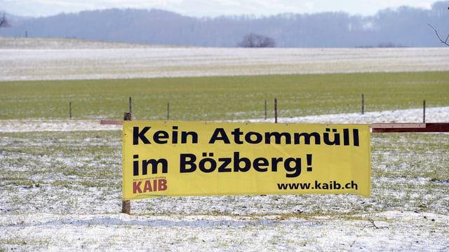 prà verd cuvert in zic cun naiv, entamez ina bandiera «Kein Atommüll im Bözberg»