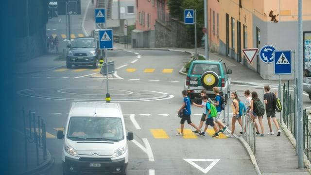 Scolars en viadi a scola senza distanza.