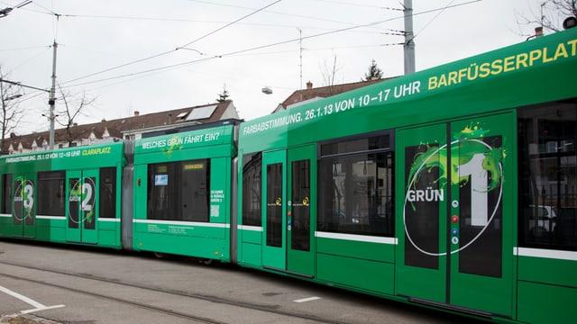 Das BVB-Tram, das mit den verschiedenen Grüntönen durch die Stadt fährt