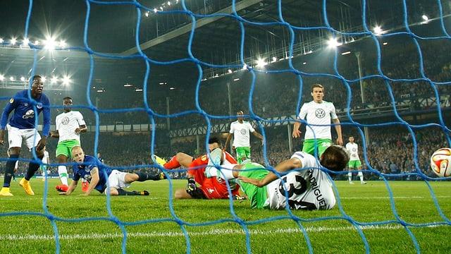Ricardo Rodrigez liegt am Boden, der Ball rauscht ins Tor.