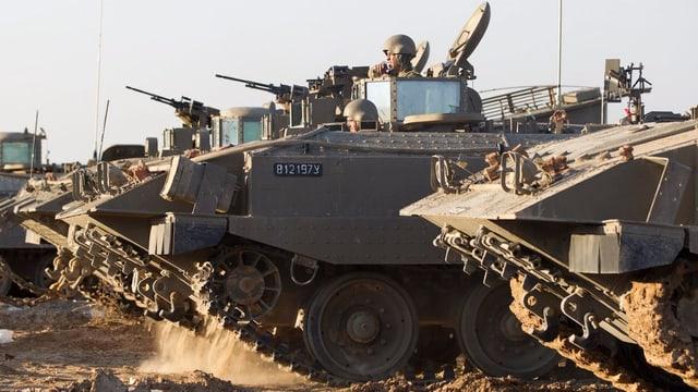 Aufgereihte Panzer die bereit stehen zum Einsatz.