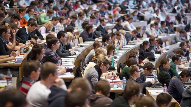 Ein Bild eines vollen Hörsaals an der Universität St. Gallen.