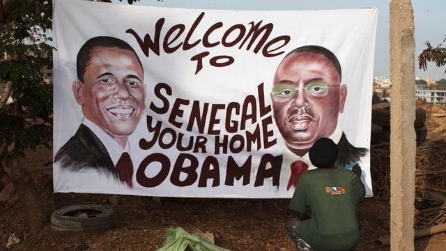 Ein Künstler malt ein Bild von Barack Obama.