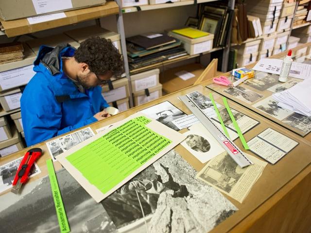 Il civi Fabrizio Gramegna durant la lavur d'inventarisaziun. I manchian, uschia Lardelli, chaschuns da preschentar al public ovras ch'ertavels d'artists surdattan a l'archiv.