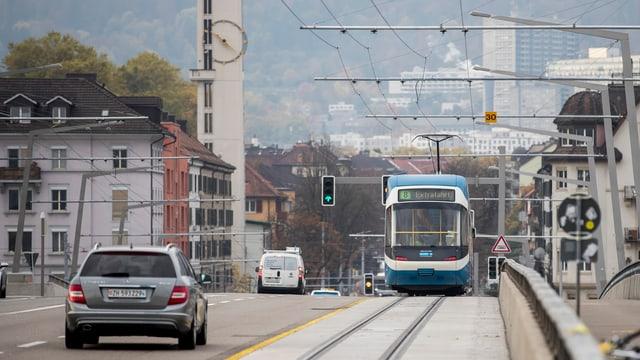 Extrafahrt: Zum ersten Mal fährt ein Tram über die Hardbrücke.