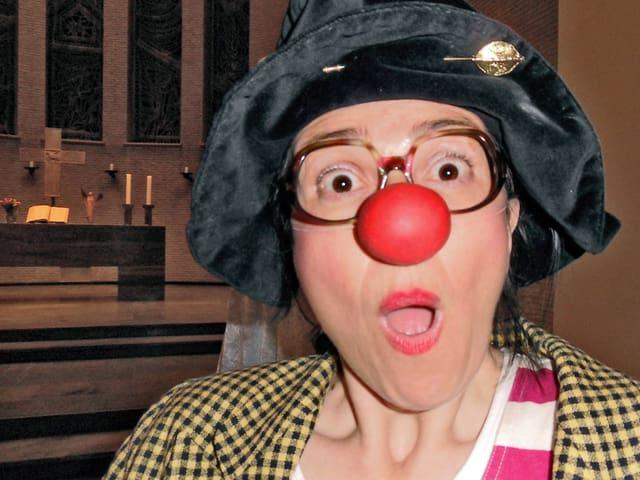 Ein Bild von Clownin Gisela Matthiae mit roter Clownnase.